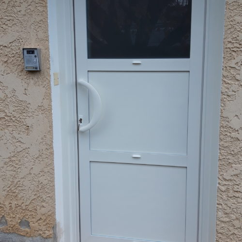Porte d'entrée aluminium avec interphone