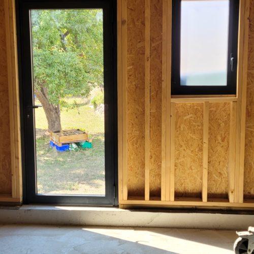 Porte-fenêtre et fenêtre en aluminium sur maison en ossature bois